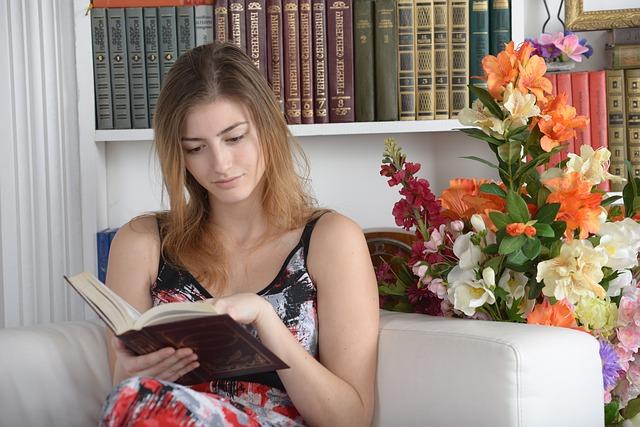 holka s knihou