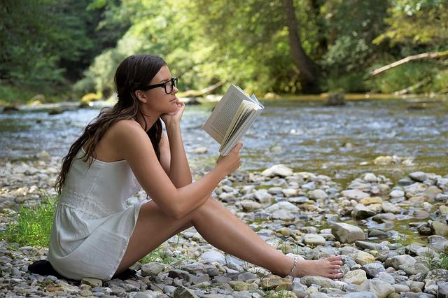 čtenářka u řeky