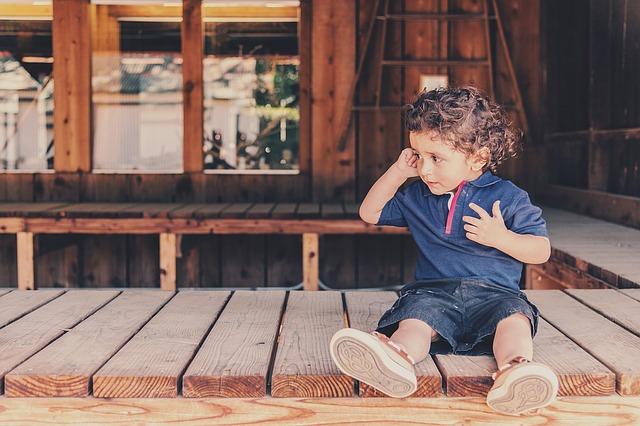 chlapec před domem