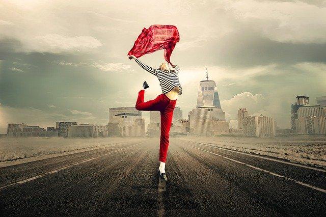 Dívka tančící na silnici