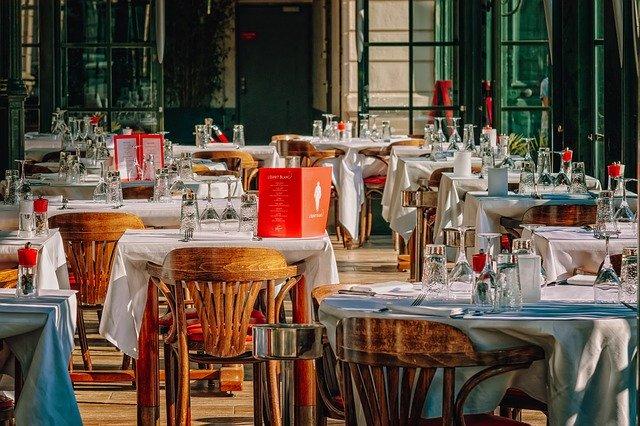 restaurace, prostřené stoly