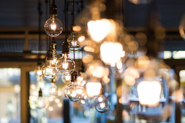 shluk svítících žárovek